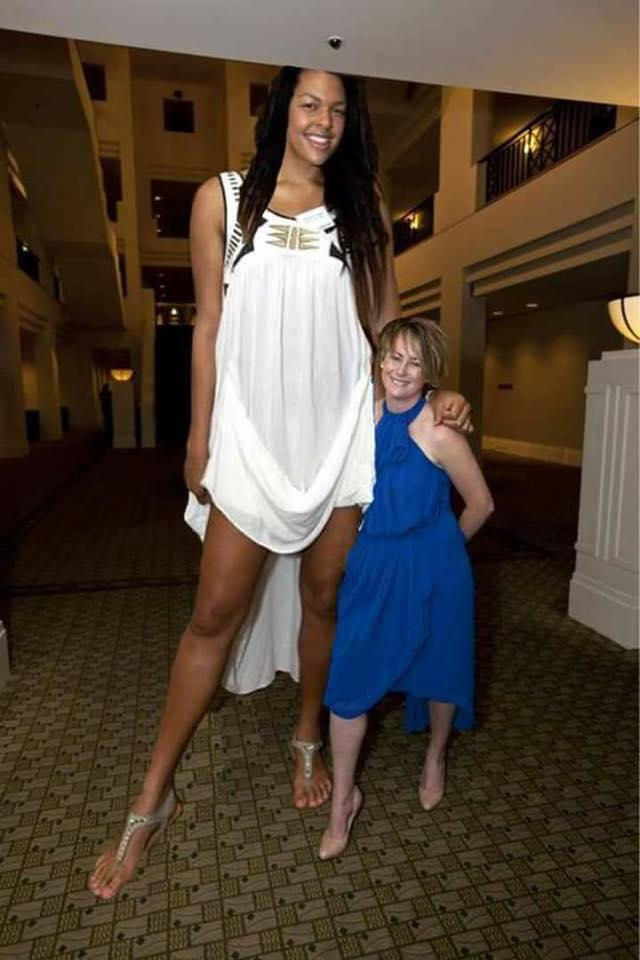 Fake News: NOT A Photo Of The Tallest Woman In The World